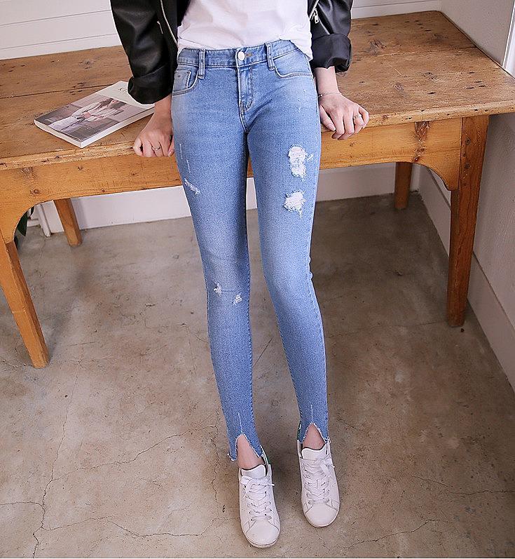 Як можна зробити джинси з розрізами внизу  Вперше рвані джинси промайнули  на подіумі ще десять років тому 9cf0ddb4ccc38